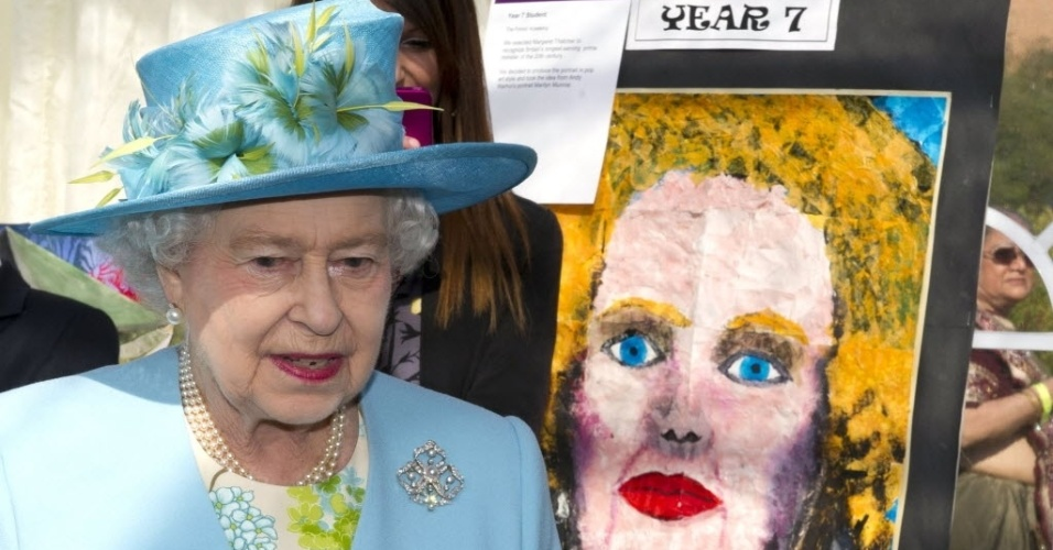 A rainha Elizabeth 2&#170; do Reino Unido ao lado de um quadro em estilo de arte pop da ex-primeira ministra Margaret Thatcher durante a exibi&#231;&#227;o London Pride Art and Design. A visita faz parte do Jubileu de Diamante da rainha com seu marido, o Duque de Edinburgo (29/3/12)
