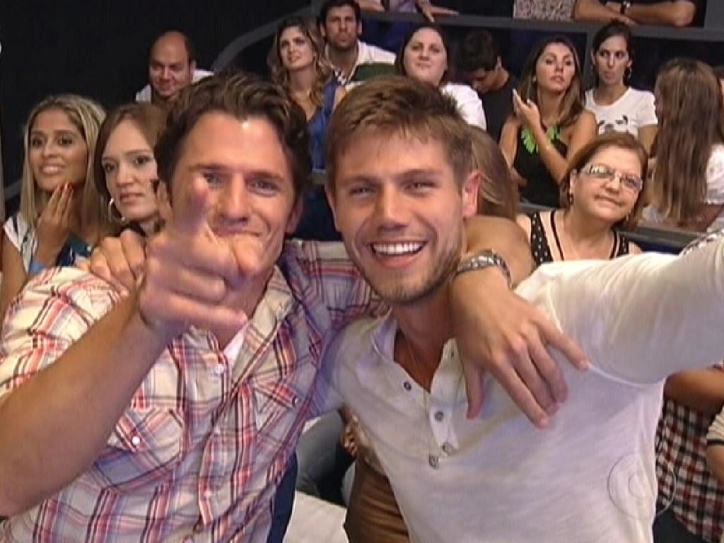 Abraçados, João Maurício e Jonas curtem o show de Thiaguinho (29/3/12)