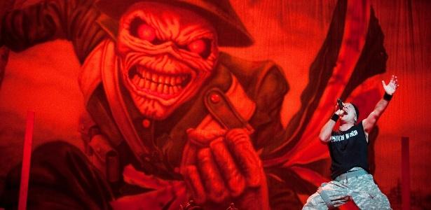 Bruce Dickinson do Iron Maiden em imagem do DVD Iron Maiden EN VIVO!