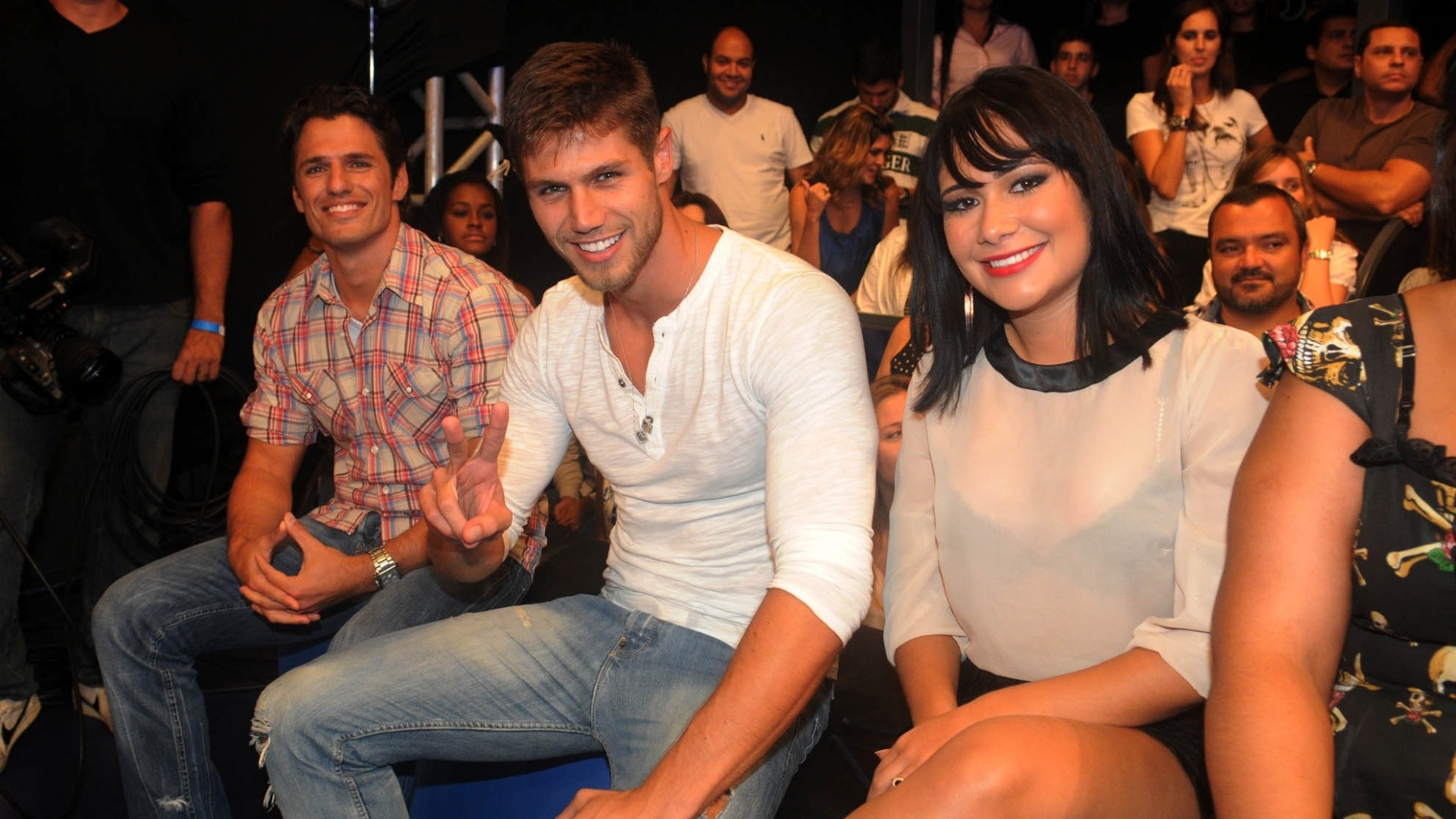 Com visual diferente, Jakeline está ao lado de Jonas e João Maurício no programa desta quinta (29/3/12)