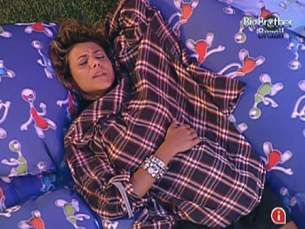 Deitada entre almofadas, Fabiana canta e se esquenta com camisa de Fael (29/3/12)