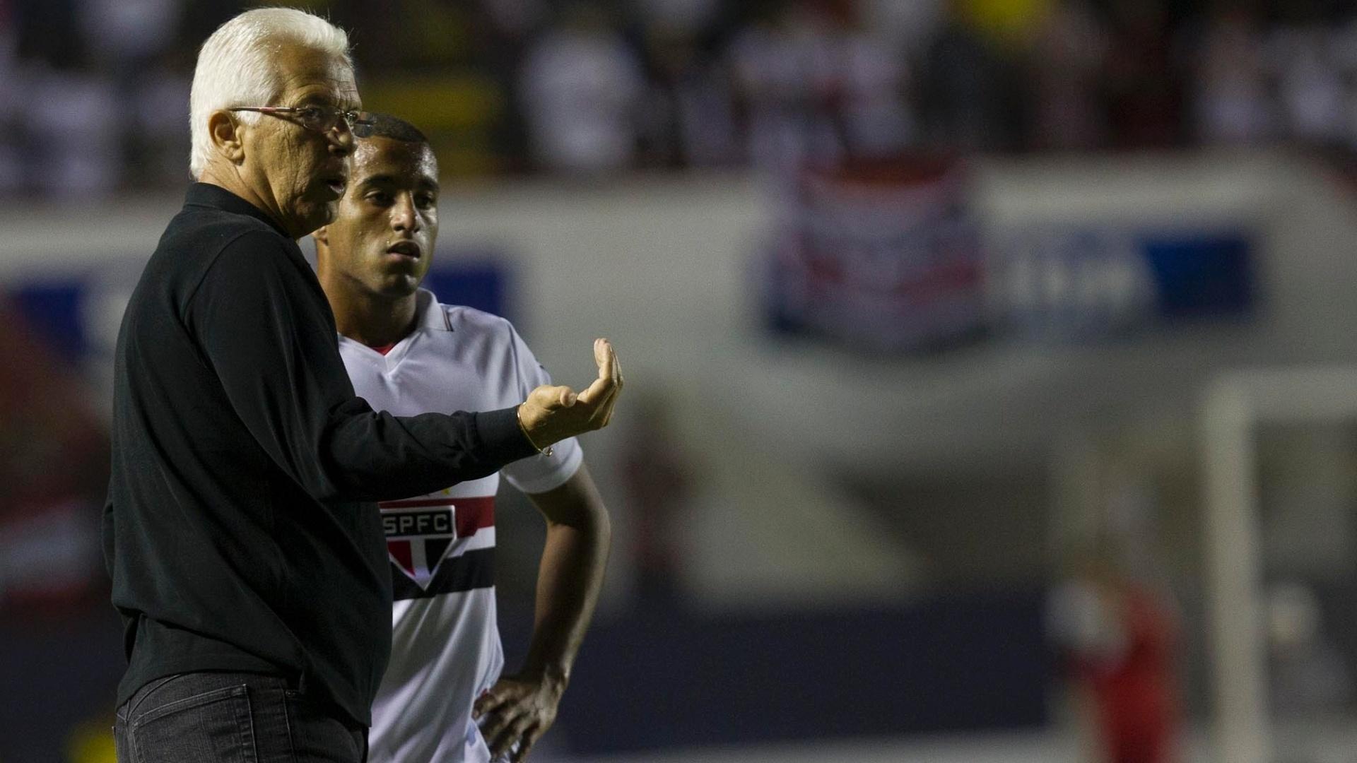 Emerson Leão orienta Lucas durante a partida do São Paulo contra o Catanduvense