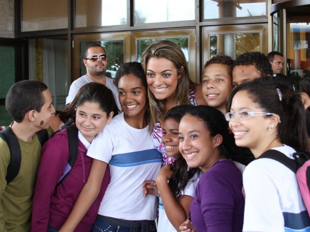 Ex-BBB Monique é cercada por crianças ao chegar no hotel do Rio de Janeiro para final do
