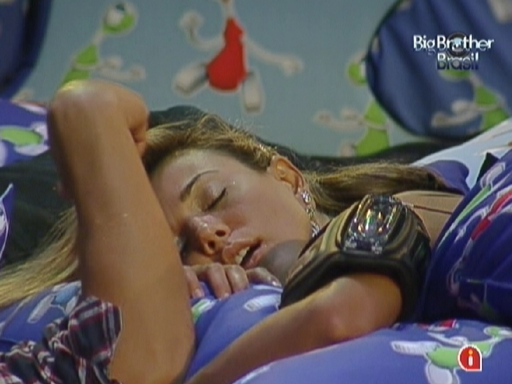 Fabiana dorme durante a festa aps receber cafun de Fael (29/3/12)