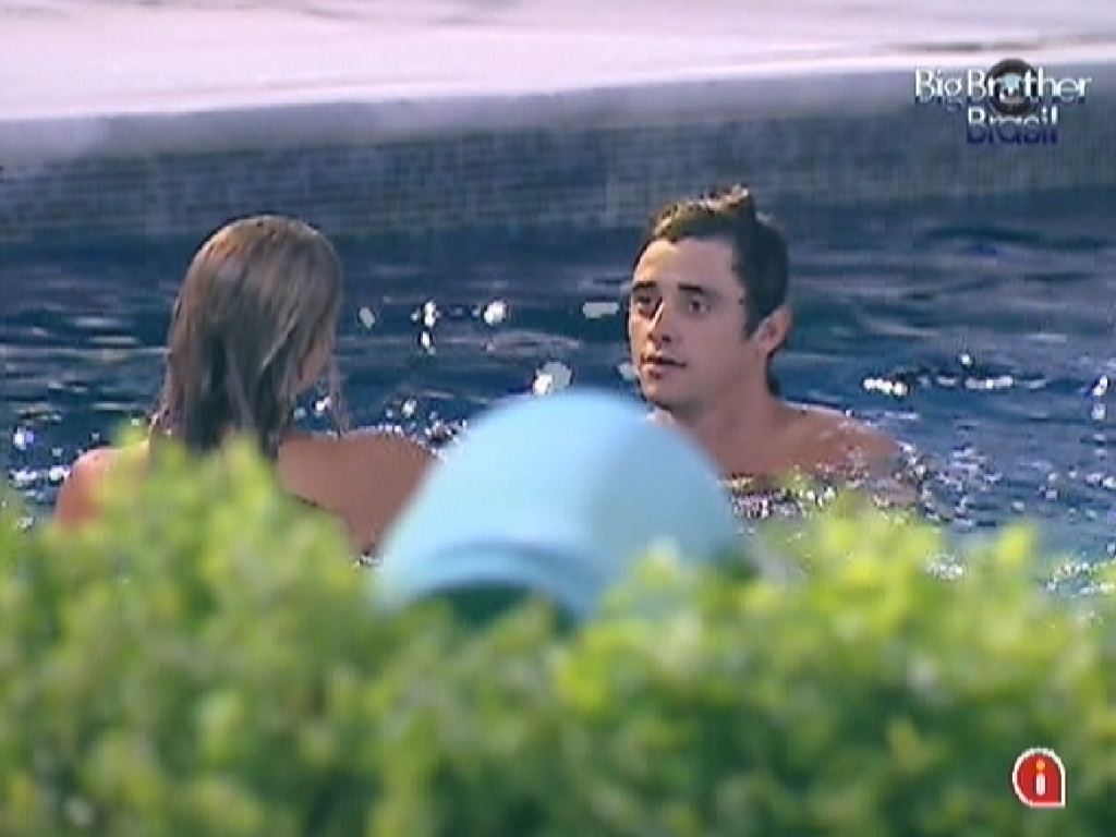 Fabiana e Fael aproveitam a piscina do 
