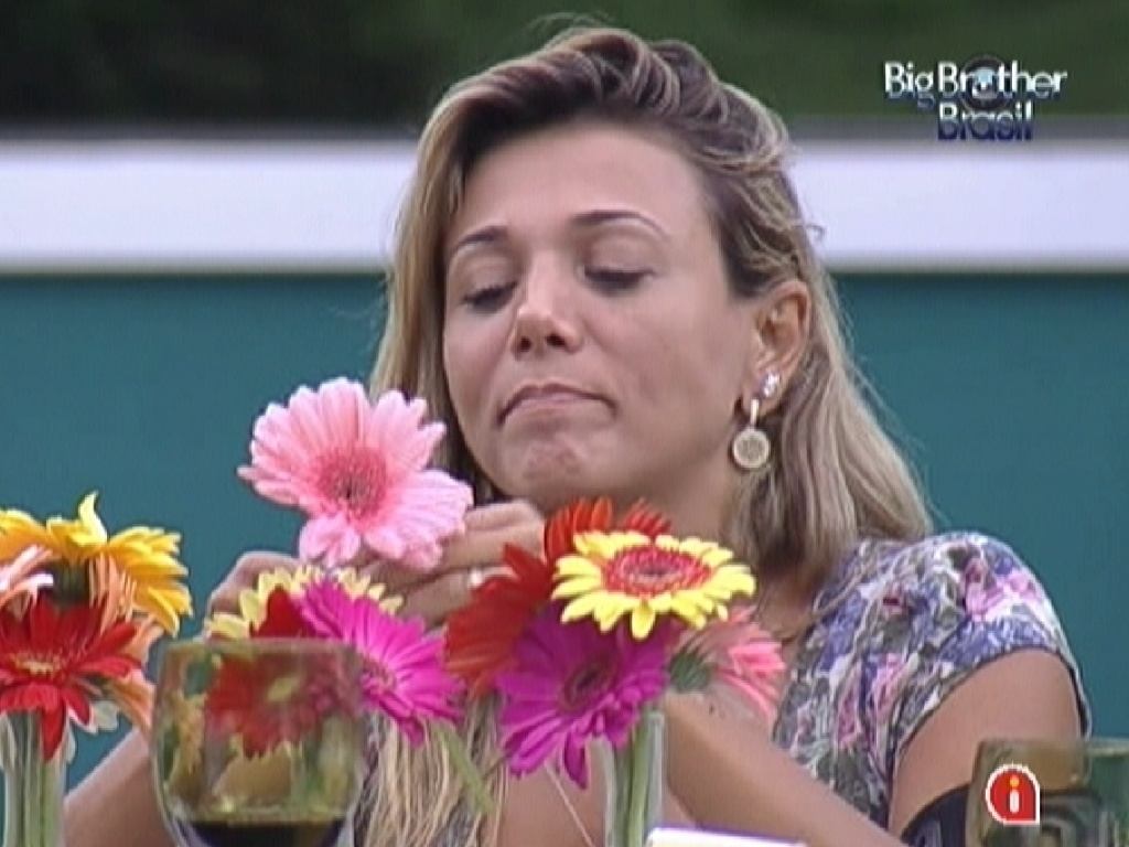Fabiana fica pensativa durante almoo com Fael no dia da final do 
