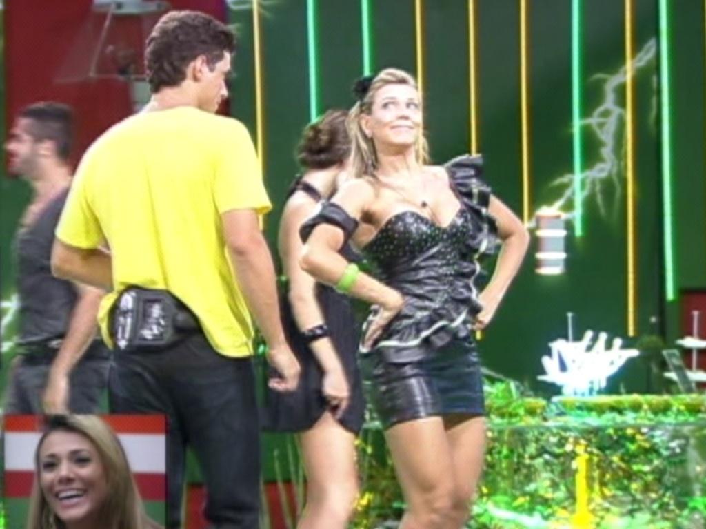 Fabiana sorri ao assistir suas imagens com Fael durante festa (29/3/12)