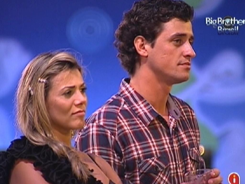 Fael e Fabiana assitem aos vídeos dos ex-BBBs na última festa desta edição (29/3/12)