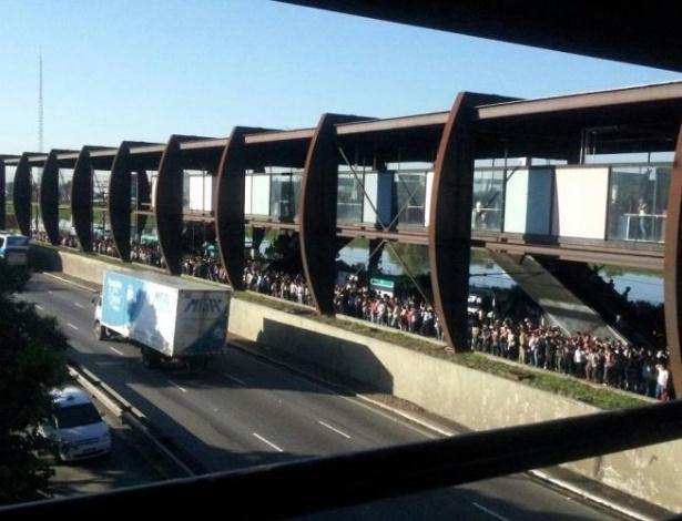 Imagem de internauta mostra estação Santo Amaro, da CPTM, lotada na manhã do dia 14 de março, após um defeito no sistema de energia, que causou restrições na linha 9-esmeralda