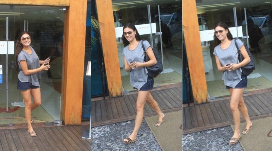Ísis Valverde deixa salão de beleza na zona oeste do Rio (29/3/2012)