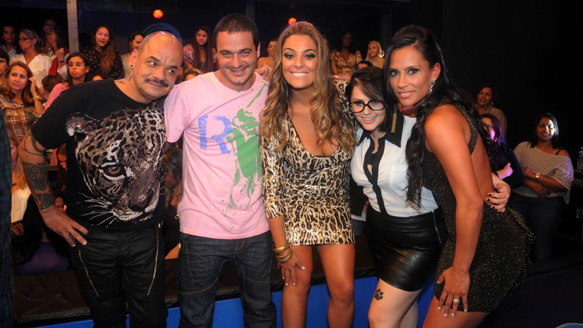 Joo Carvalho, Rafa, Monique, Mayara e Kelly posam para foto (29/3/12)