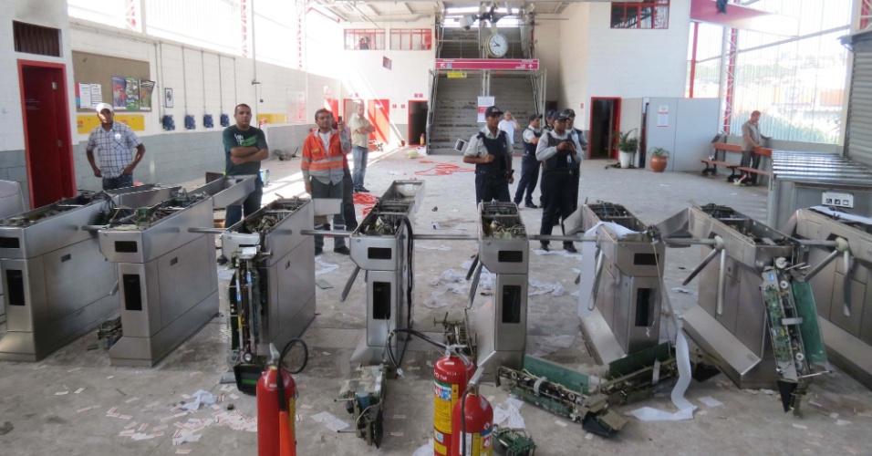 Passageiros destruíram catracas da estação de Francisco Morato da linha 7-rubi da CPTM (Companhia Paulista de Trens Metropolitanos)