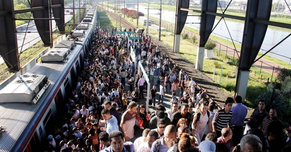 Passageiros se aglomeram na estação Santo Amaro da CPTM (Companhia Paulista de Trens Metropolitanos) após um defeito no sistema de energia, que causou restrições na linha 9-esmeralda na manhã de quarta-feira, 14 de março de 2012