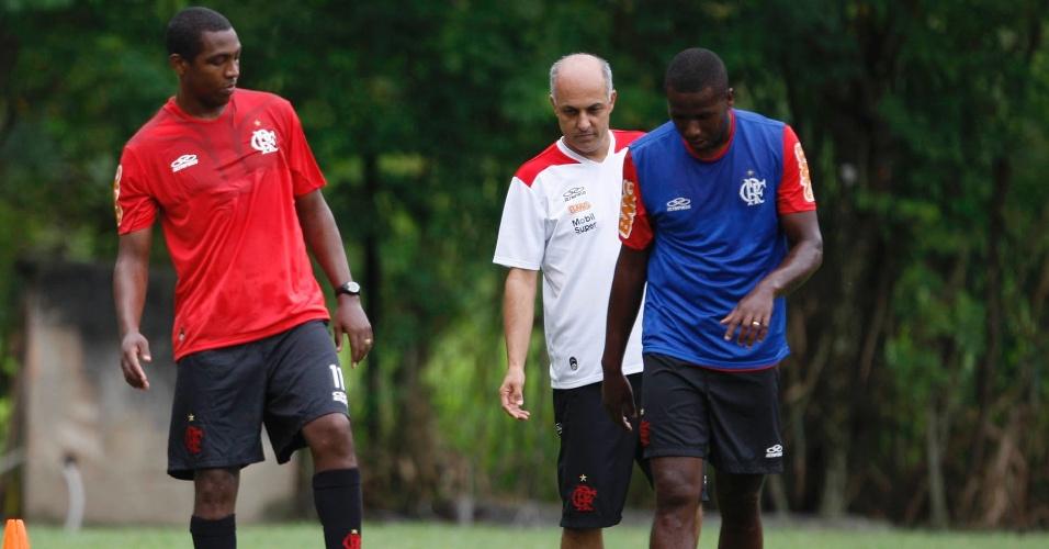 Renato Abreu (esq) voltou ao Ninho Urubu após corrigir uma arritmia cardíaca (29/03/12)