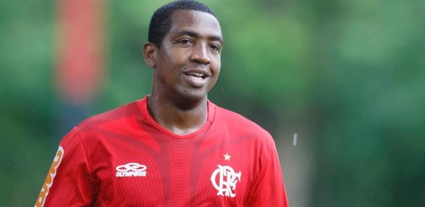 Renato Abreu sorri durante o primeiro treinamento após realizar cirurgia no coração