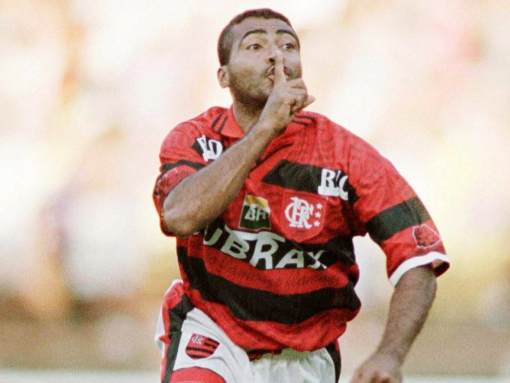 Romrio provoca a torcida rival aps marcar gol pelo Flamengo em 1997