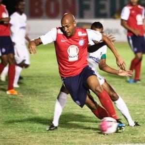 Souza, atacante do Bahia, tenta jogada diante do Feirense (28/03/2012)