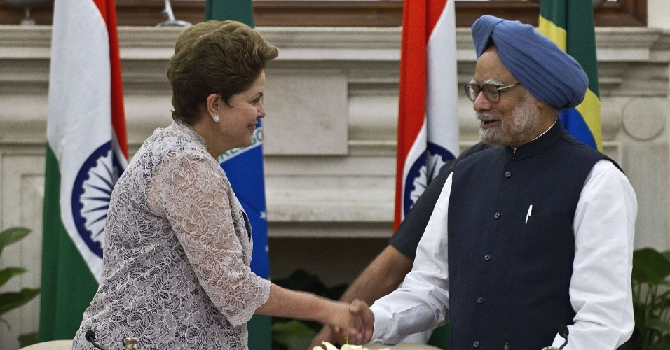 A presidente Dilma Rousseff cumprimenta em Nova Déli, na Índia, o primeiro-ministro indiano, Manmohan Singh