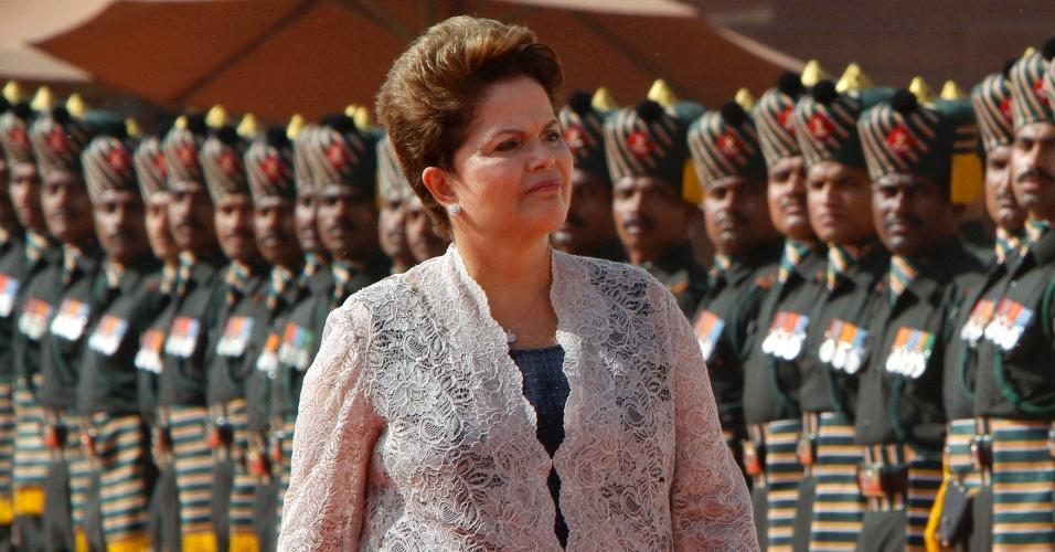 A presidente Dilma Rousseff inspeciona as guardas de honra durante cerimônia de sua recepção no Palácio Presidencial em Nova Déli, na Índia. Dilma está há cinco dias no país, onde participa de reuniões com líderes do Brics, grupo de países formado por Brasil, Rússia, Índia, China e África do Sul