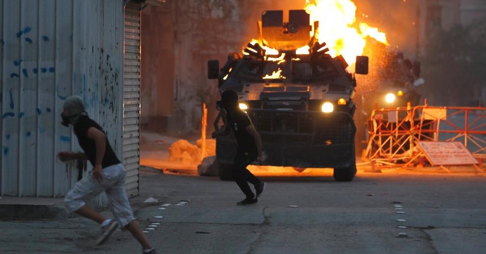 Bareinitas com coquetéis molotov voltam a enfrentar forças de segurança nesta sexta-feira durante protesto em Manama, no Bahrein