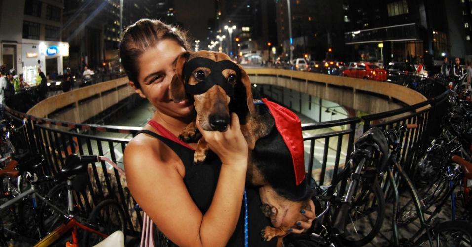 Cãozinho chamado Freud vira mascote de Bicicletada Nacional realizada na avenida Paulista, região central de São Paulo, em homenagem ao ciclista atropelado por Thor Batista