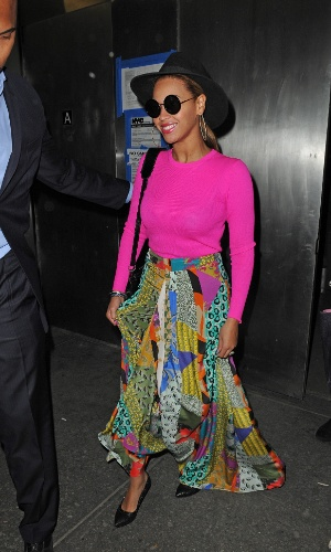 De blusa pink e saia esvoaçante, a cantora Beyoncé é fotografada ao sair de seu escritório, em Nova York (30/3/12)De blusa pink e saia esvoaçante, a cantora Beyoncé é fotografada ao sair de seu escritório, em Nova York (30/3/12)