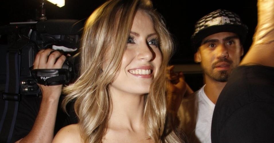 De vestido preto, Renata conversa com a imprensa na entrada da festa (30/3/12)