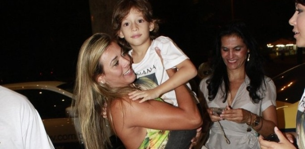 Fabiana chegou  festa com seu filho no colo (30/3/12)