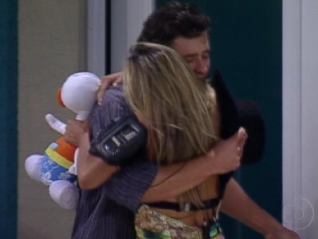 Fael e Fabiana se abraçam antes de deixar a casa (29/3/12)