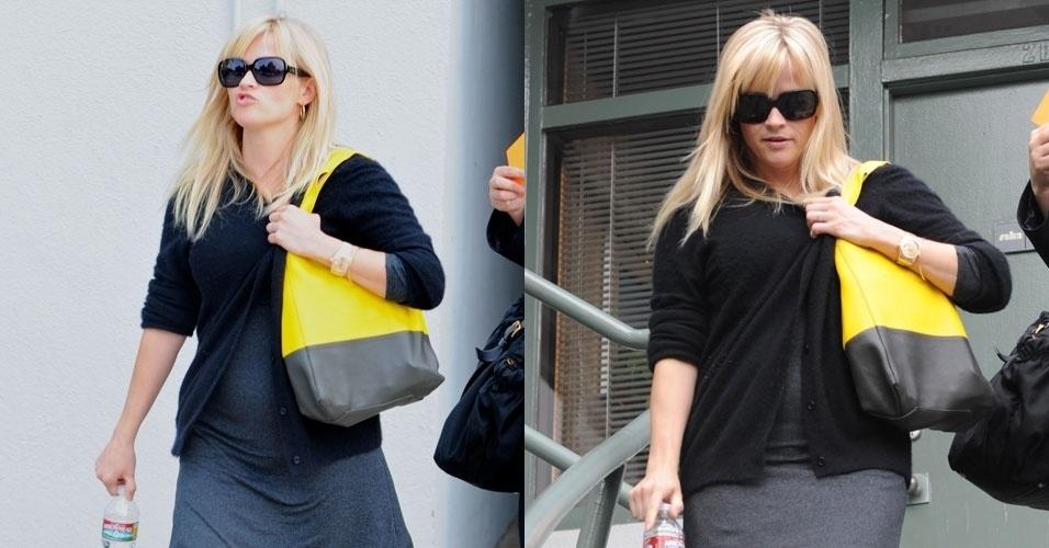 Grávida de seu terceiro filho, primeiro de seu casamento com Jim Toth, a atriz Reese Witherspoon é fotografada com barriguinha saliente ao sair de seu escritório em Los Angeles (30/3/12)