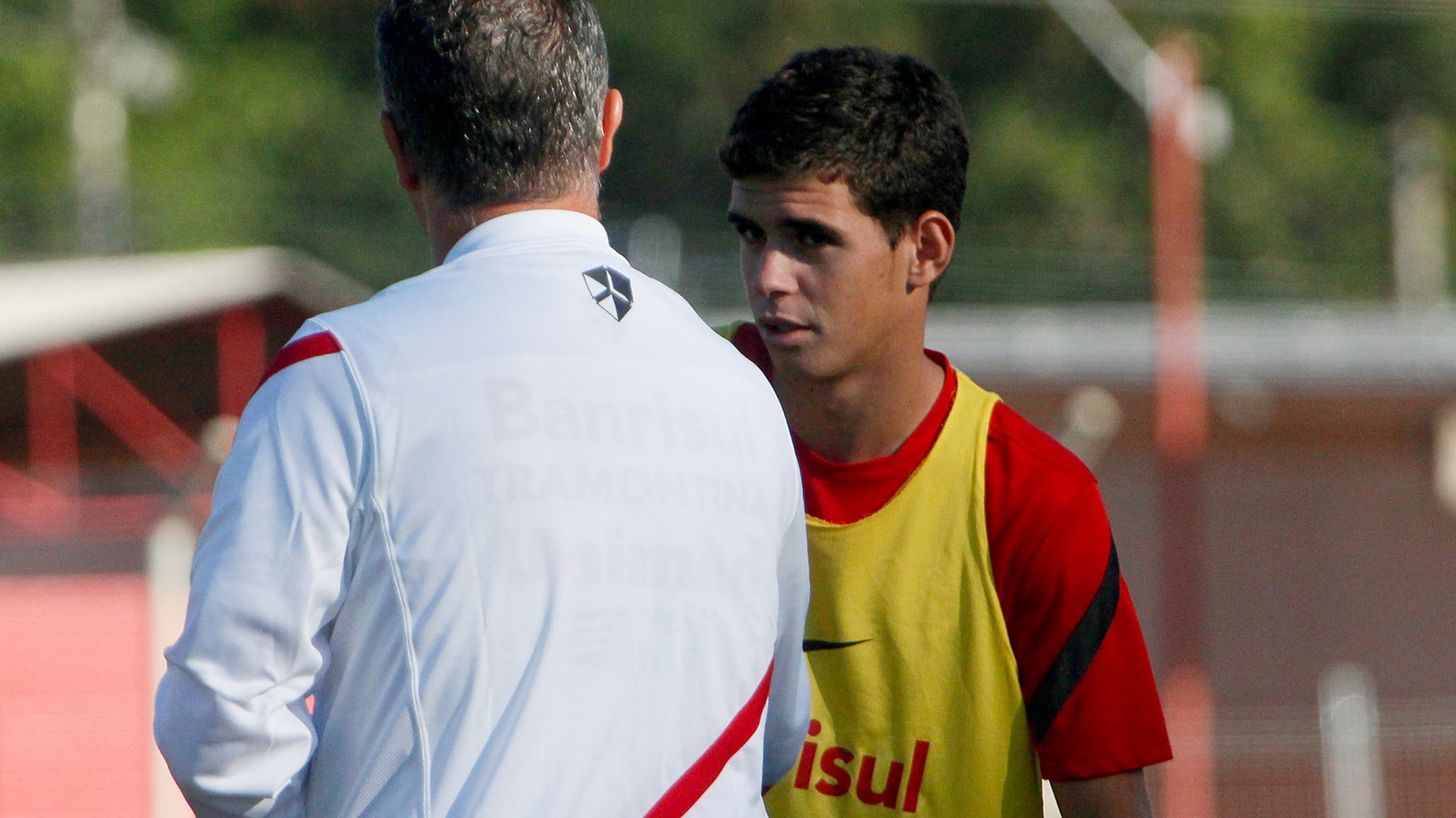 Meia Oscar conversa com o tcnico Dorival Jnior durante treino do Inter (29/03/12)