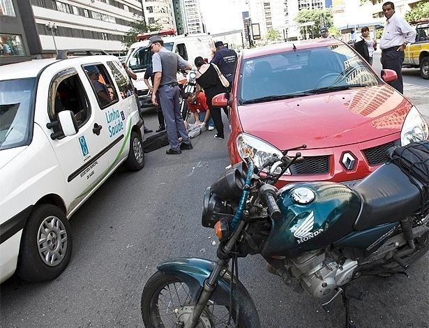 Esta cena você certamente já viu: motociclista é socorrido após ser atingido por outro veículo