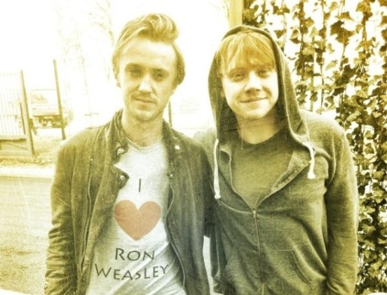 O ator brit&#226;nico Tom Felton, o &#34;Draco Malfoy&#34; de &#34;Harry Potter&#34;, fez uma declara&#231;&#227;o de amor ao personagem vivido por Rupert Grint na saga. Ele divulgou uma foto em que aparece vestido com uma camiseta em que est&#225; escrito &#34;I love Ron Weasley&#34; (Amo Ron Weasley, em tradu&#231;&#227;o livre), junto de Rupert Grint (30/3/12)