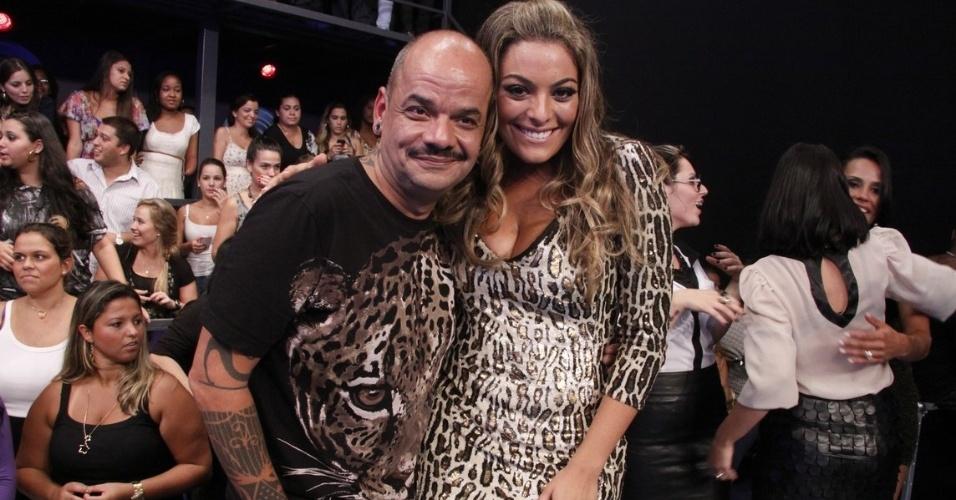 Os amigos João Carvalho e Monique posam para fotos (29/3/12)
