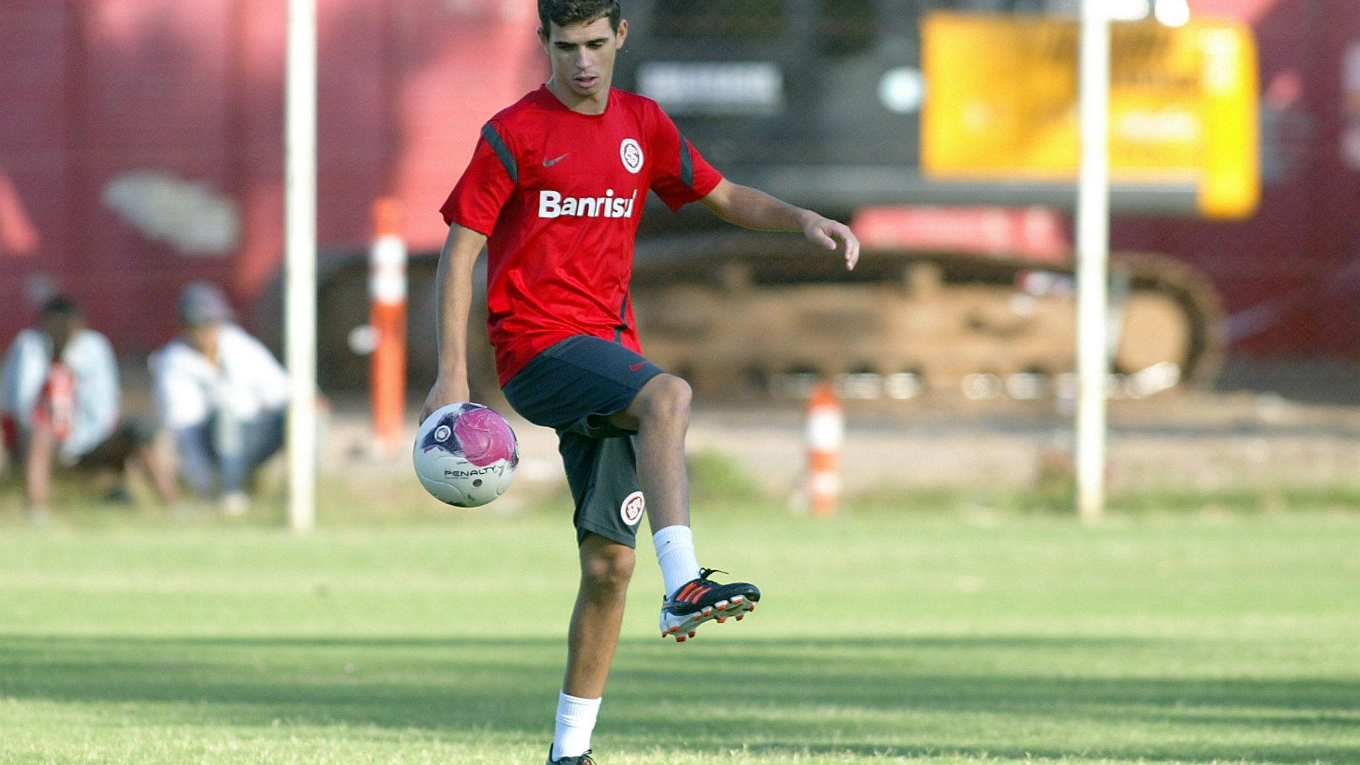 Oscar brinca com a bola em meio ao treinamento do Inter no estdio Beira-Rio (29/03/12)