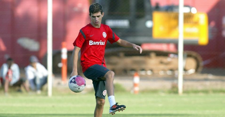 Oscar brinca com a bola em meio ao treinamento do Inter no estádio Beira-Rio (29/03/12)