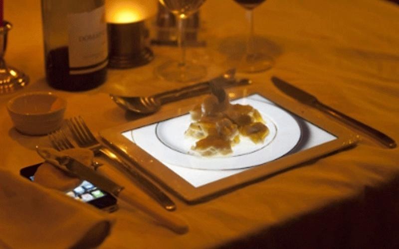 Pegadinha de 1º de abril de um restaurante britânico brinca com holografia no iPad