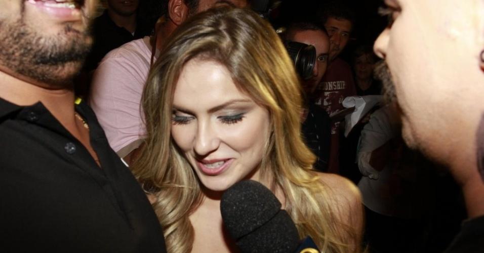 Renata conversa com a imprensa antes de entrar para a festa (30/3/12)