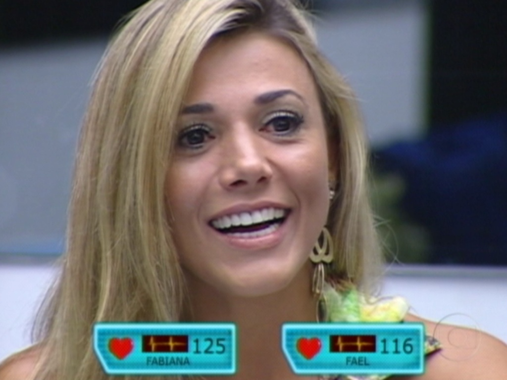 Sorrindo, Fabiana ouve discurso de Bial (29/3/12)