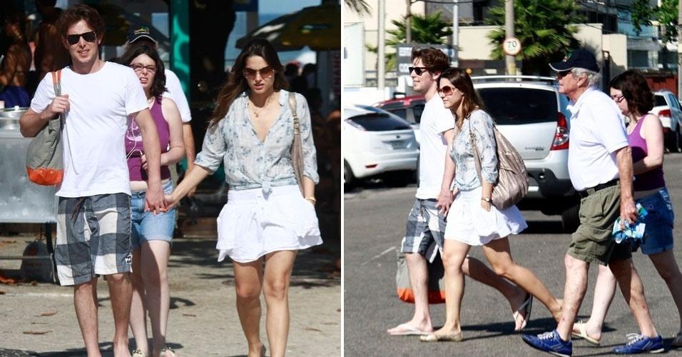 A atriz Fernanda Machado aproveita a tarde ensolarada de sábado para caminhar com o namorado na orla da Barra da Tijuca, no Rio de Janeiro (31/3/12)