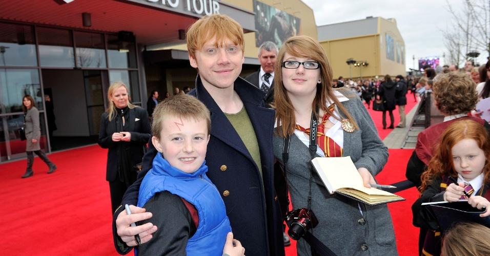 """Eterno Ron Weasley da saga """"Harry Potter"""", Rupert Grint tira fotos com fãs na abertura dos estúdios da Warner Bros para a visitação, em Londres (31/3/12)"""