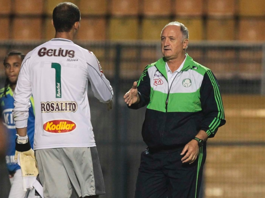 Luiz Felipe Scolari cumprimenta goleiro do Mirassol aps derrota do Palmeiras
