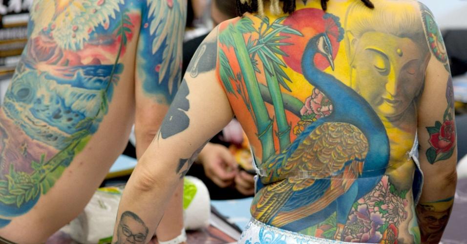 Mulheres mostram tatuagem em convenção internacional, em Frankfurt, na Alemanha