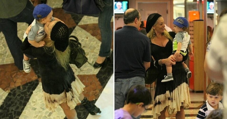 """Recém-saída da peça """"Xanadu"""",  Danielle Winits brinca e beija o filho no shopping da Gávea, no Rio (31/3/12)"""