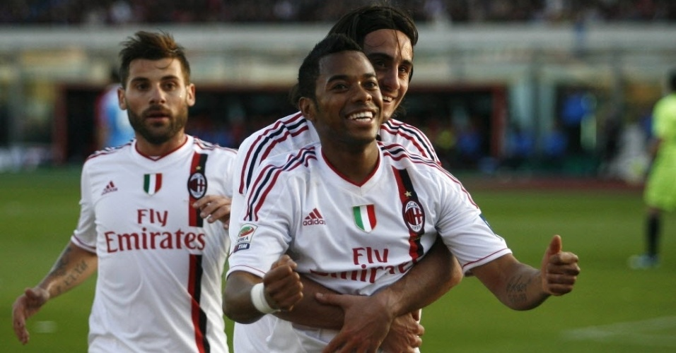 31.mar.2012 - Robinho celebra com seus companheiros de Milan o gol que abriu o placar na partida contra o Catania pelo Campeonato Italiano