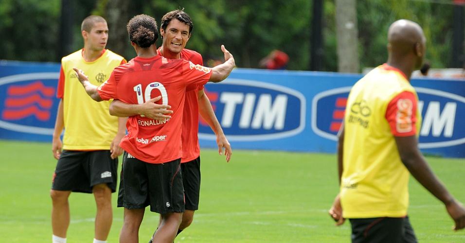 Ronaldinho participa de treinamento realizado neste sábado