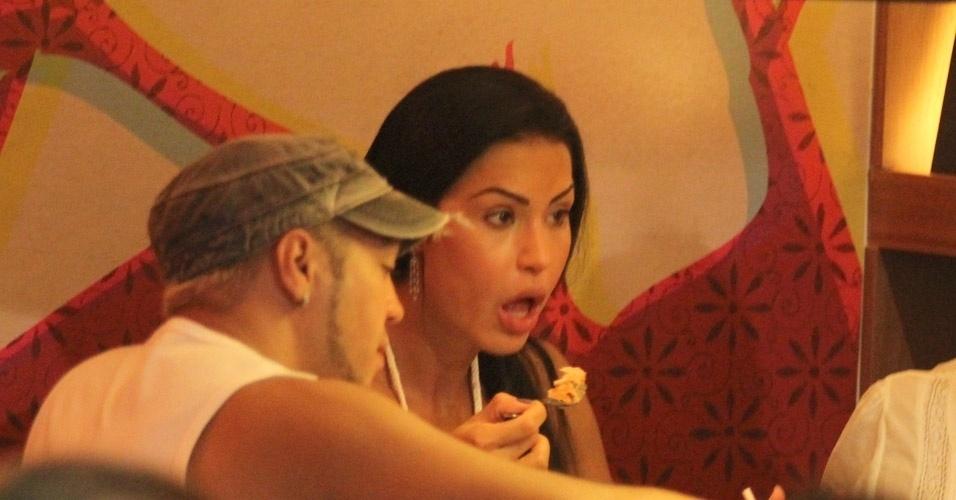Belo e Gracyanne Barbosa almoçam em shopping na Barra da Tijuca, no Rio de Janeiro (1/4/12)