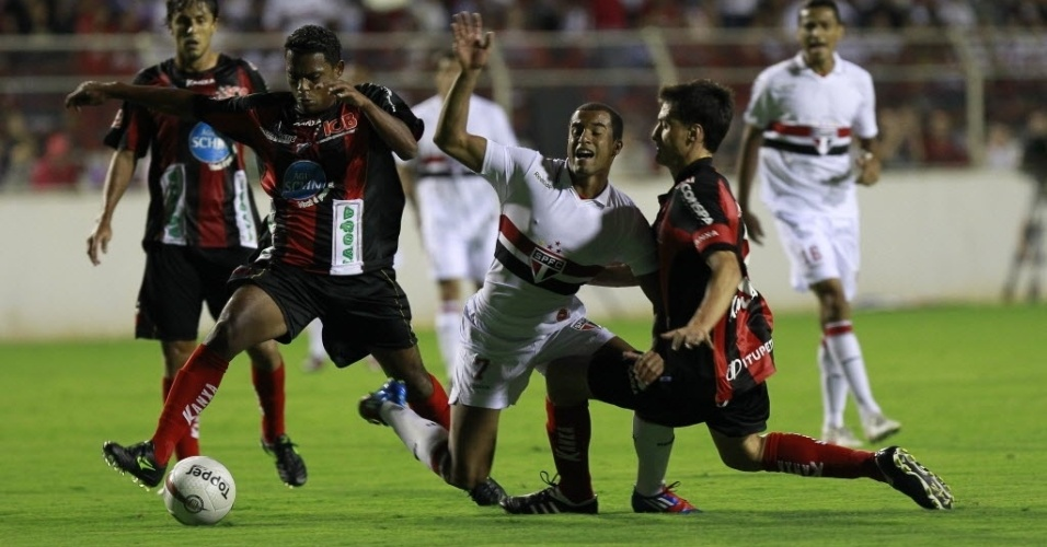 Cercado por dois, Lucas é derrubado por jogador do Ituano durante partida válida pelo Paulistão