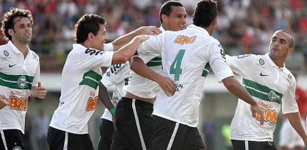 Jogadores do Coritiba comemoram gol de Démerson (4) sobre Rio Branco (01/04/2012)