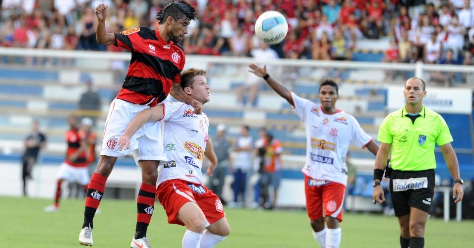Léo Moura, lateral direito do Flamengo, disputa a bola pelo alto com jogador do Bangu
